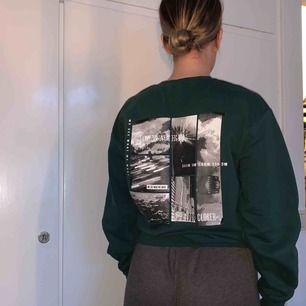 Sweatshirt från H&Ms herravdelning. Säljer pga använder aldrig. Strl xs men passar även s/m.