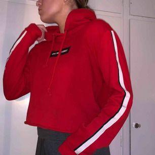 Croppad hoodie från Bikbok. Säljer pga använder aldrig