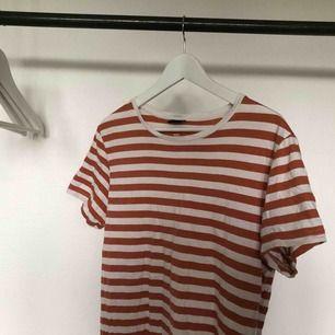 Orange och vit randig t-shirt, i bra skick!  För mer bilder är det bara att skriva, fraktkostnad tillkommer. 🧡☁️