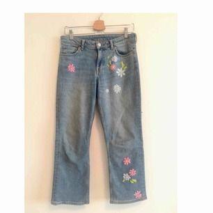 Säljer mina weekday jeans (cut swish blue) som jag utsmyckat med handbroderade blommor både fram och bak. Skriv om ni vill se fler bilder !  Frakt tillkommer. Kan också mötas upp i Gbg 🌱🌸🌻