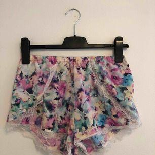 De perfekta sommar shortsen, en riktigt sommar dröm <3 I super bra skick och framförallt sköna. Önskas mer bilder, kontakta mig ! Köparen betalar 50 kr+frakt😜