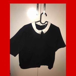 Fin blus från H&M med vackra detaljer på kragen, inköpt för 2år sen. Nypris låg på ca 200kr  Storlek: 38  Möts upp i Stockholm ❤️