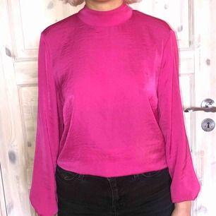 Rosa blus i sidenmaterial med knyte på ryggen, Hög i kragen. Använd fåtal gånger! Köpare står för frakt :)