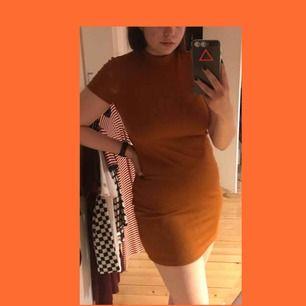 Rostfärgad/mörk orange ribbad klänning från Monki.   Köpt för 200kr för ca 1år sen men endast använd 4 gånger.  Möts i stockholm❤️