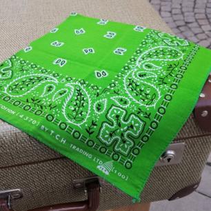 Grön bandana 54x54cm, tvättas i 30grader