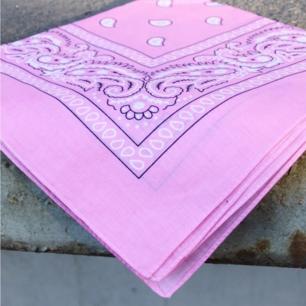Rosa bandana 54x54cm, tvättas i 30grader