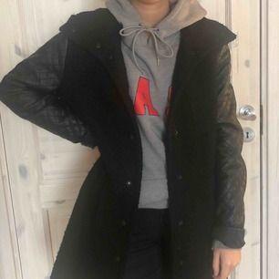 #kappa i ull med skinnärmar. Köpare står för frakt :)