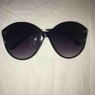 """Super fina solgasögon från """"prestige"""" med orginalpris på 300kr! De är i prima skick men säljer dom då jag har väldigt litet huvud Hehehe, men de passar nog de flesta med vanligt huvud! Vill man ha den fraktad så tillkommer en kostad på ca en tjuga"""