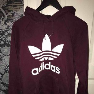 Snygg Adidas vinröd hoodie i storlek M, köparen står för frakt! 😄