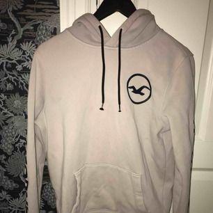 Rosa/vit Hollister hoodie i storlek S, köparen står för frakt 😄