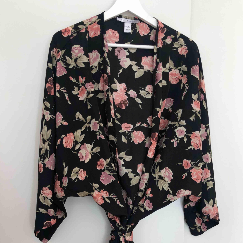 Kimono från NLY. Använd en gång. Kanonbra skick   Kan mötas upp i Kalmar, annars står köparen för frakt på 42 kronor. Ansvarar inte för Postnords slarv. . Toppar.