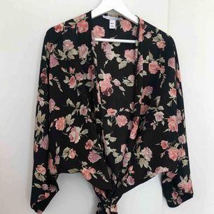 Kimono från NLY. Använd en gång. Kanonbra skick   Kan mötas upp i Kalmar, annars står köparen för frakt på 42 kronor. Ansvarar inte för Postnords slarv.