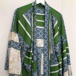 Kimono-topp från Boohoo. Endast provad.   Kan mötas upp i Kalmar, annars står köparen för frakt på 42 kronor. Ansvarar inte för Postnords slarv.