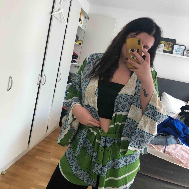 Kimono-topp från Boohoo. Endast provad.   Kan mötas upp i Kalmar, annars står köparen för frakt på 42 kronor. Ansvarar inte för Postnords slarv. . Toppar.