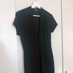 V-ringad figurnära klänning. Använd en gång.   Kan mötas upp i Kalmar, annars står köparen för frakt på 42 kronor. Ansvarar inte för Postnords slarv.