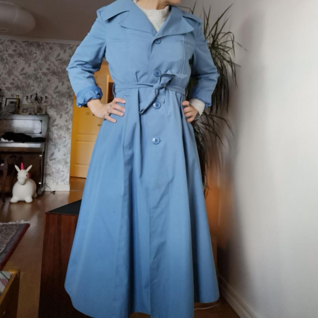 Ljusblå/duvblå vintage trenchcoat i storlek ca 36-38. Väldigt fint skick. . Jackor.