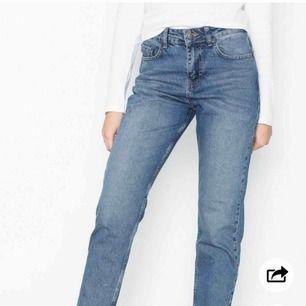 Supersnygga mom jeans ifrån Nelly.com i populära modellen high waist vintage denim. Använda ett fåtal gånger. Toppskick. Möts upp i Jönköping eller så betalar köparen frakten :) storlek 36. Köpta för 499kr