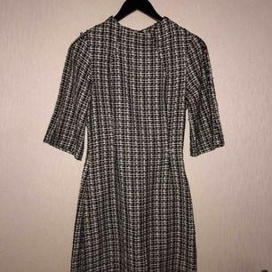 Sjukt fin klänning i tjockare material. Säljer pga av blivit för liten. Hann aldrig använda den så klänningen är i nyskick. Köpare står för frakten om upphämtning ej är ett alternativ. Finns söder om Sthlm.