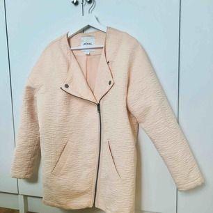 Puderrosa kappa från Monki som jag köpt via sellpy, tyvärr för stor för mig så har därför inte använt den. Passar S/M. Möts upp i Stockholm!