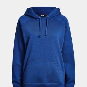 En alpha hoodie ifrån bikbok i denna asfina blåa färgen. Jättefint skick och säljer enbart för att den inte används!