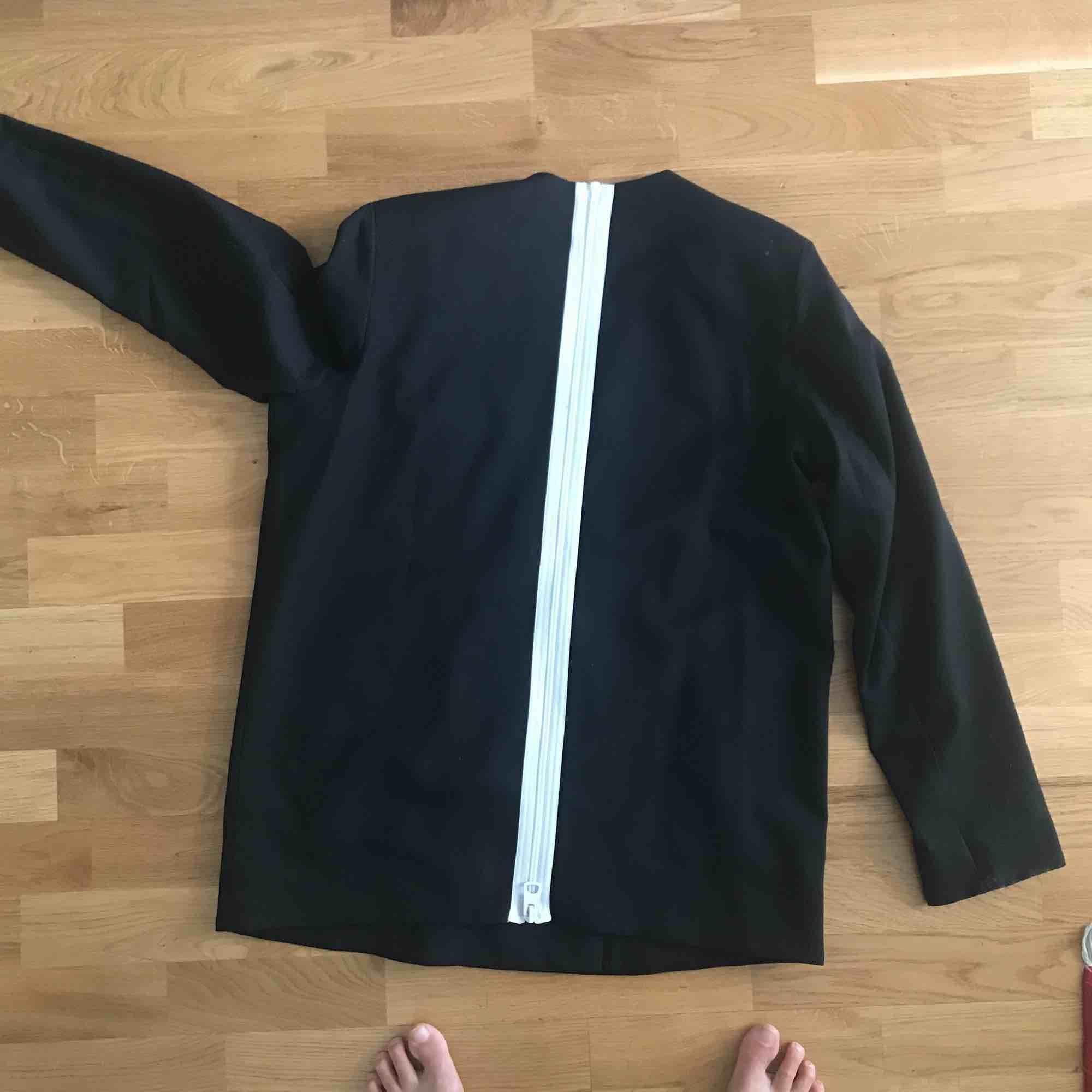Supersnygg svart kavaj ifrån Cheap Monday. Snygg detalj med vit dragkedja bak. Kostymer.