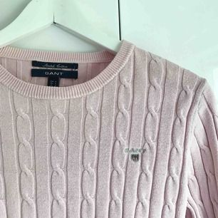 En ljusrosa kabelstickad tröja från Gant. I väldigt bra skick.  Eventuell frakt tillkommer.
