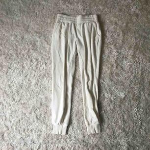 Mjukisbyxor med fickor från bikbok💘