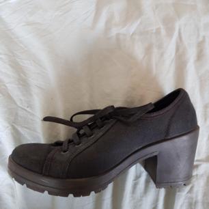 Nästan oanvända skor med halvhög klack som är skön att gå på. Sitter väldigt fint på fötterna! Strl 39, men skulle säga att det passar en 38-38,5 snarare.   Skickar eller möts upp i Uppsala.