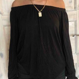 Superskön tröja i offshoulder modell! Köpare står för frakt :)