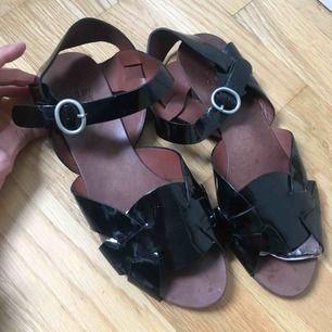 Svarat skinn sandaler i lack från See by Chloé. Nypris 1.800kr Strl 39 vanlig passform Black Patent