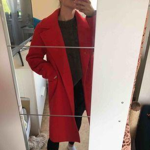 Röd kappa från NAKD, använd en vinter, ganska nopprig så säljer den billigt! Frakt betalar köparen