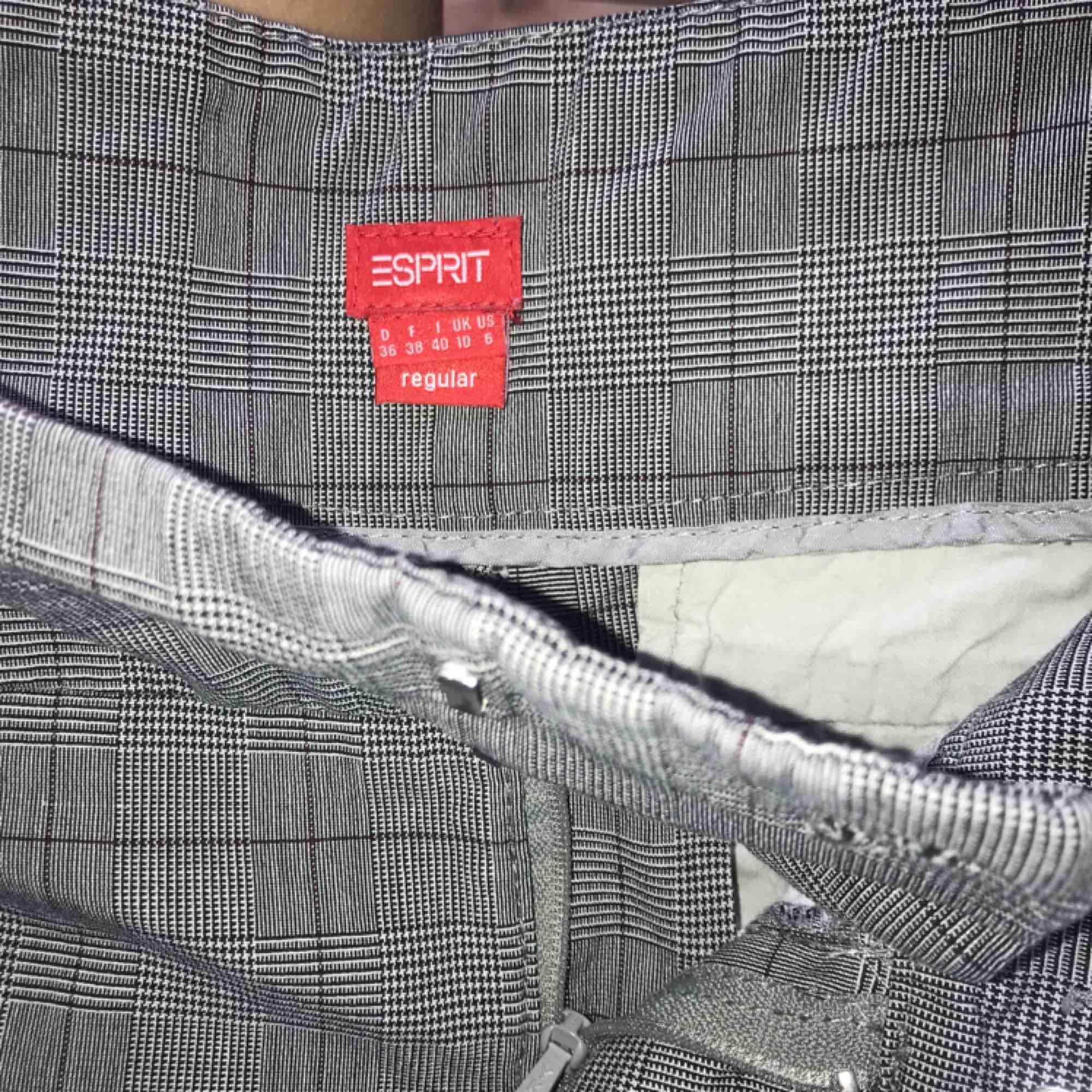 Snygga bootcut kostymbyxor med låg midja. Fickor framtill samt fickor med knapp baktill. . Jeans & Byxor.