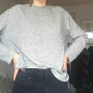 Mysig grå långärmad tröja men lite spräckligt mönster. Lång i ärmarna.