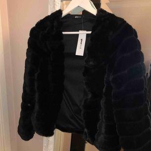 Svart faux fur jacka från Gina tricot. Prislappen kvar, aldrig använd.