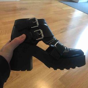 så snygga skor från divided. köpta ett tag sedan, men är nästan som nya. skorna är i storleken 36, men passar även 37 :) super bekväma och perfekta för vår/sommar med hålet. <333