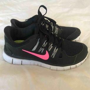 Ett par fräscha Nike Free Run 5.0 i storlek 37,5🖤💗 Använda ca 3 ggr yta och några gånger inne. Säljer dessa snygga skor då dom är lite små för mig💛