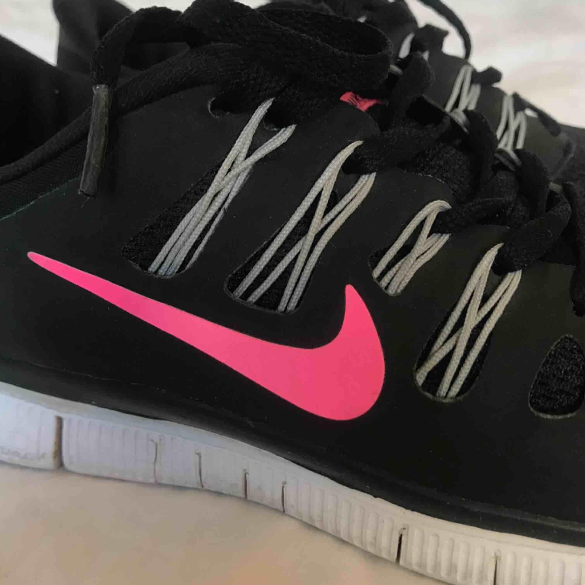 Ett par fräscha Nike Free Run 5.0 i storlek 37,5🖤💗 Använda ca 3 ggr yta och några gånger inne. Säljer dessa snygga skor då dom är lite små för mig💛. Skor.
