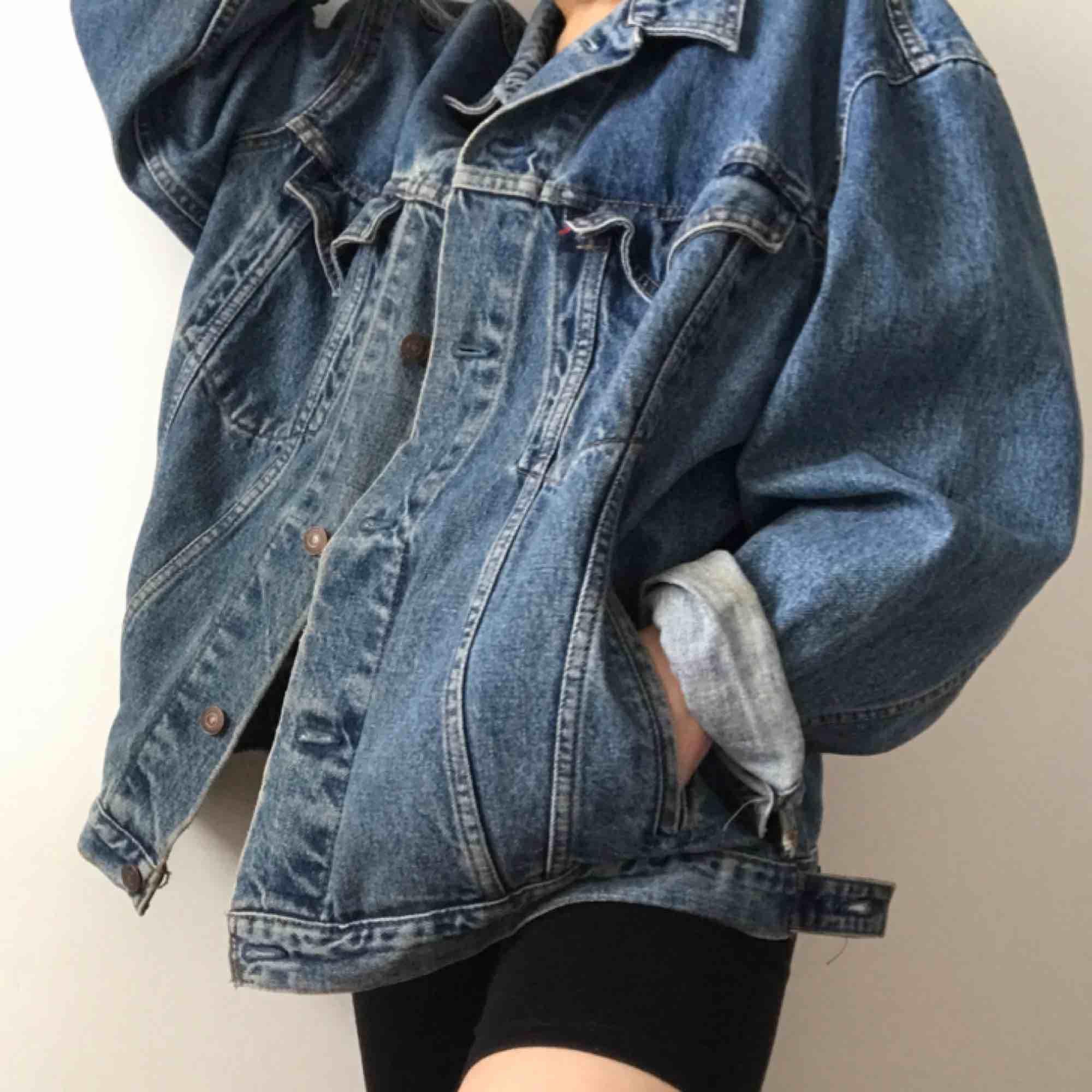 Skitsnygg oversized Levis jeansjacka! Köparen står för frakt. . Jackor.