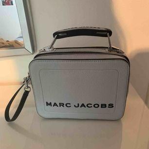 Helt ny Marc Jacobs box 23. Köpt på Marc Jacobs i New York. Nypris 4349. Skickar med ett extra band från marc Jacobs med ett värde av 949kr. Har en dustbag och kan skrivna bild på kvittot!