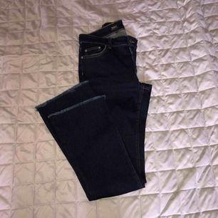 I princip oanvända mörkblå jeans med bootcut.