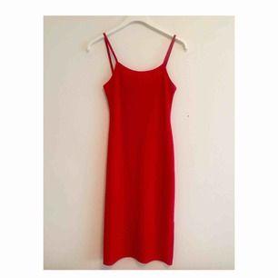 Röd 90-tals klänning i stretchigt material. Klänningen är knälång med slits i sidsöm på båda sidor🥰 Frakt tillkommer, kan också mötas upp i Gbg !
