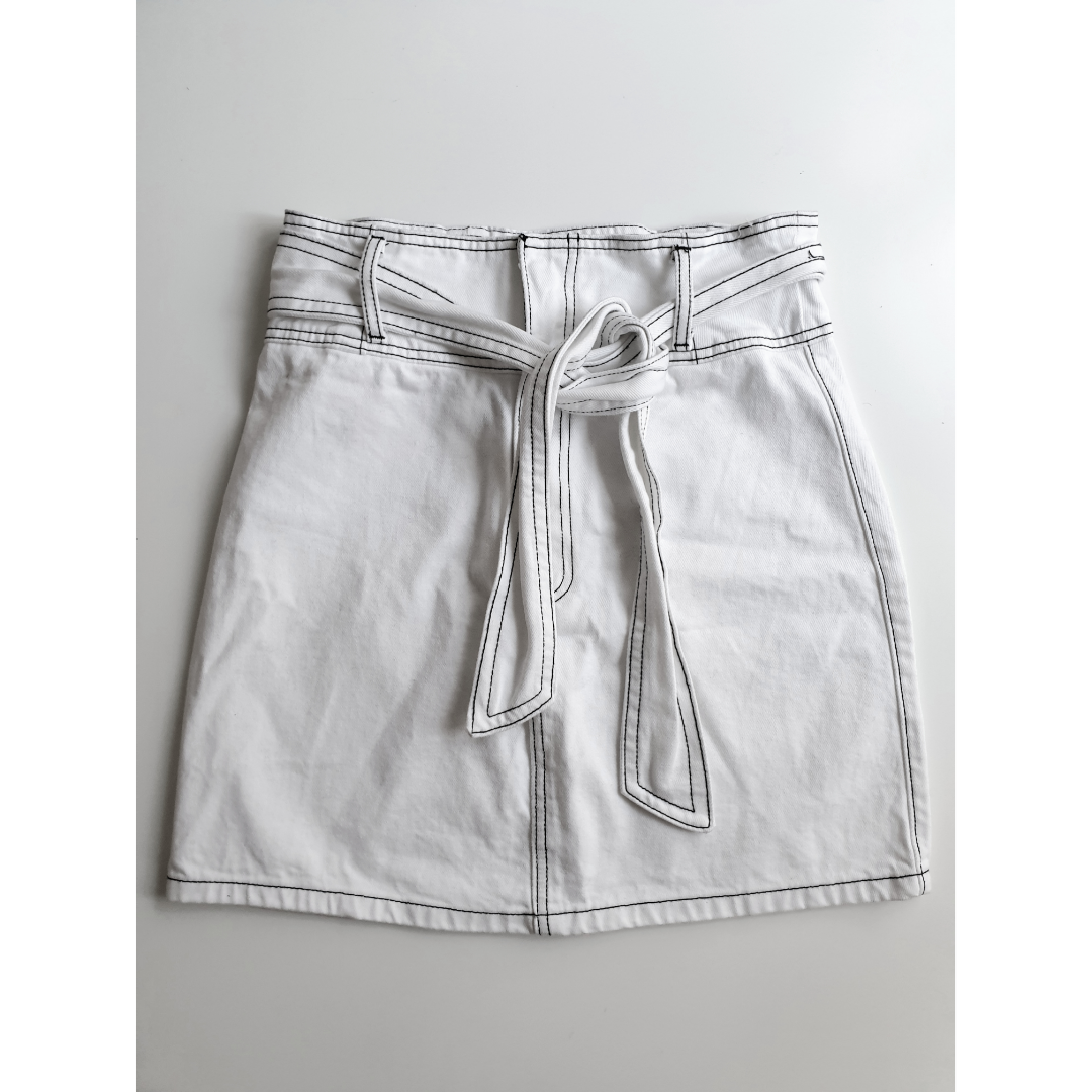 White Denim Skirt from Forever21. Size is S/M, so more on a bigger S-size.. Kjolar.