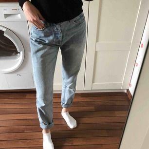Storlek M. Har vanligtvis XS/S i jeans. Sälja pga förstora för mig men dessa är sjuuuukt snygga!! Gissar på att frakt skulle kosta runt 70kr, köparen står för frakt. Betalning sker via swish