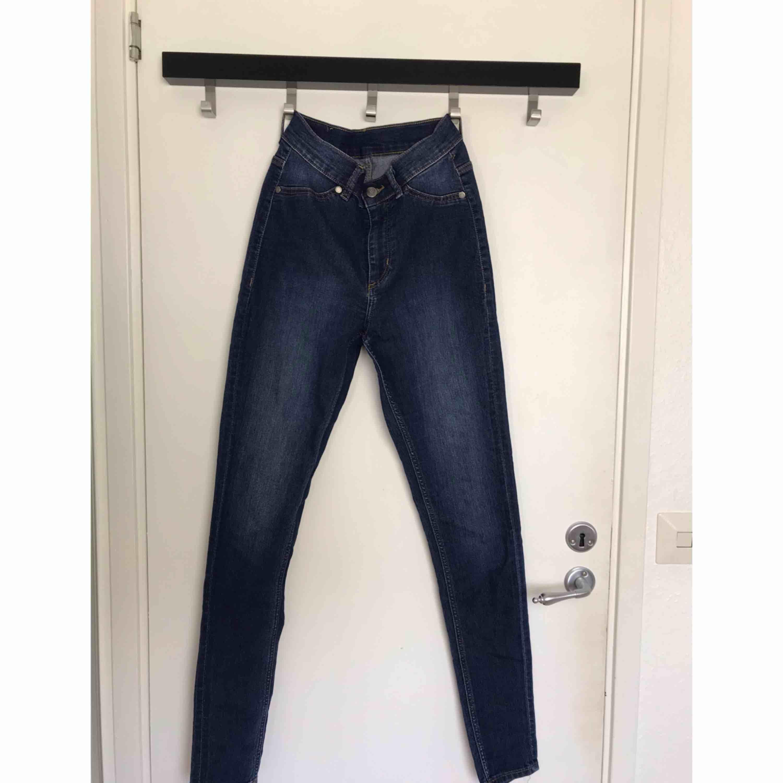 Mörkblå tajta jeans från Cheap Monday. Använda max 3 gånger och är som nya. 80kr + frakt. Jeans & Byxor.