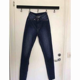 Mörkblå tajta jeans från Cheap Monday. Använda max 3 gånger och är som nya. 60kr + frakt