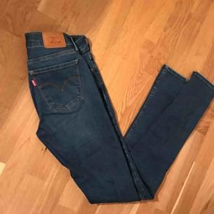 Säljer Levis jeans, använd 3 gånger. Superfint skick. Storlek 27, modell: 710 super skinny