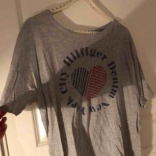 Säljer en väldigt din t-shirt från Tommy Hilfiger i storlek M