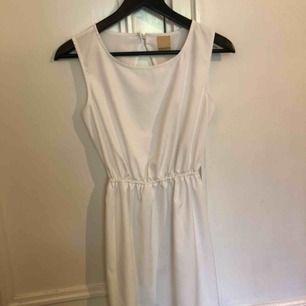 Jane dress från Nelly, finns ej längre att köpa. Använd endast en gång på min student. Världens finaste petit klänning med öppen rygg.