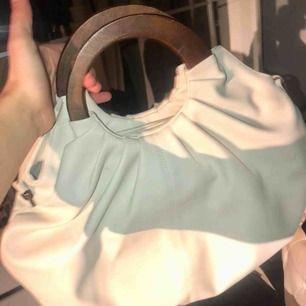 Superfin väska från chiquelle, nypris 500 kr och helt oanvänd!! Jättefin väska till sommaren och passar till söta klänningar perfekt!!