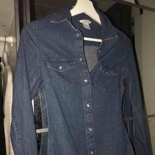 Jeansskjorta som sitter väldigt tajt mot kroppen!!